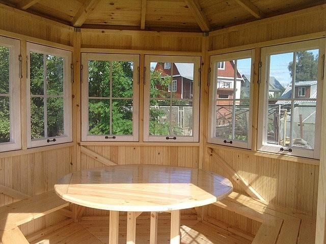 Круглый стол в беседку из дерева